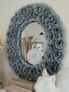 Decorar un marco de espejo: rosas hechas con cartones de huevos