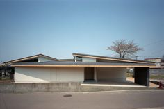 House in Kawabe is a minimalist residence located in Akita, Japan, designed by Torinosu. Minimalist Architecture, Japanese Architecture, Space Architecture, Arch House, Facade House, Roof Design, Exterior Design, Japanese Modern House, Asian House