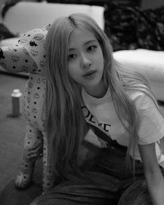 Black Pink Yes Please – BlackPink, the greatest Kpop girl group ever! Kim Jennie, Yg Entertainment, Kpop Girl Groups, Kpop Girls, K Pop, Body Rose, Instagram Roses, Rapper, Black Pink