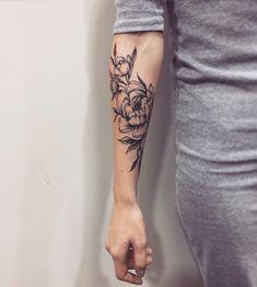 22 Beautiful Rose Tattoo Designs For Women Armbeugen Tattoos, Mini Tattoos, Trendy Tattoos, Forearm Tattoos, Cute Tattoos, Beautiful Tattoos, Body Art Tattoos, Sleeve Tattoos, Tatoos