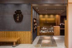 茶寮 つぼ市製茶本舗 浅草店 - PROJECT | infix design inc. Japan Room, Japan Fashion, Conference Room, Japan Style, Restaurant, Modern, Table, Projects, Japanese