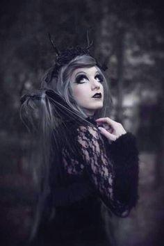 Gótica? Marimoon perde colorido em ensaio 'dark'