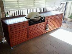 weber q wooden stand Outdoor Bbq Kitchen, Outdoor Kitchen Countertops, Outdoor Kitchen Design, Outdoor Kitchens, Kitchen Cabinets, Bbq Stand, Barbecue, Patio Grill, Weber Bbq
