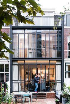 Lab-S heeft voor deze grootschalige verbouwing en renovatie in Utrecht een eigentijds ontwerp gemaakt dat past bij de karakteristieken van de oude woning. Er is gekozen om de stalen draagstructuur van de nieuwe uitbouw in het zicht te houden en de kozijnen van hetzelfde materiaal te maken. Dit resulteert in een stoere uitbouw die tegelijkertijd rank oogt en licht tot diep in het huis laat doordringen.