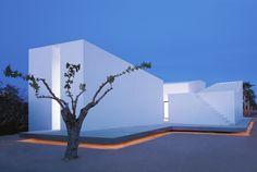 Implantée sur une parcelle perpendiculaire à la mer méditerranée, «House 2 For A Photographer» est une maison réalisée par le cabinet OAB à Tarragone en Espagne.