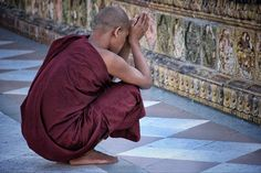 "118 Me gusta, 4 comentarios - Maria Adriana Ferreira (@maria_adriana_ferreira) en Instagram: ""Momento de oração 🙏🏼 #monk #shwedagon #shwedagonpagoda #temple #yangon #myanmar #buddha #buddhism…"""