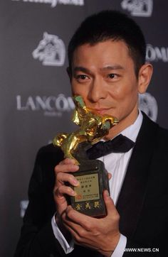 Actor Lau Tak Wah holds his trophy during the awarding ceremony of the 48th Golden Horse Awards in Hsin-chu, southeast China's Taiwan, Nov. 26, 2011. Lau won the 48th Golden Horse Awards for Best Actor In A Leading Role in the film A Simple Life. [Xinhua]