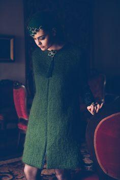 Abrigo Mohair. Abrigo recto con delanteros de mohair en verde musgo, espalda y mangas en brocado negro con hilo metálico. Como cierre al escote, maxi borla en verde al tono del mohair.