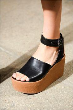 Calzado/Plataformas: Los años 90 regresan en el calzado con el uso de las plataformas: sandalias, tenis, bailarinas, etc. Llego en todas las presentaciones.