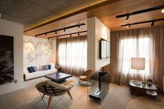 Iluminação no teto. Madeira e concreto.