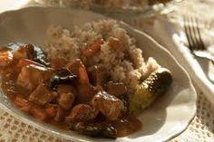 Gulasz wieprzowy CEZAR-a SKŁADNIKI: • 1 kg szynki wieprzowej (lub łopatki wieprzowej). • 1 łyżeczka (od herbaty) słodkiej papryki • 4-5 ząbków czosnku • 1 łyżka (duża od zupy) majeranku • 2-3 listki laurowe • 4-5 cebul • 2 duże łyżki koncentratu pomidorowego najlepiej