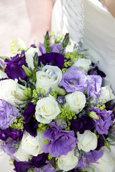 Paars bruidsboeket opgefrist met witte rozen! #internethuwelijk