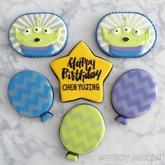 Toy Story aliens decorated cookies Cookie Frosting, Icing, Toy Story Cookies, Disney Cookies, Toy Story Alien, Toy Story Party, How To Make Cookies, Decorated Cookies, Cookie Decorating