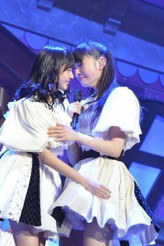 同じタイミングでエビ中に加入した鈴木裕乃(左)と松野莉奈(右)。
