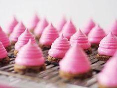 Miniflødeboller med hindbærskum og cookiebund
