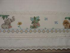 TOALHA FRALDA SAFARI <br>Toalha branca de luxo <br>Bordada em ponto cruz <br>Acabamento com bico e entremeio de algodão e fitas de cetim