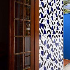 Olha que lindo esse painel com nossas peças Quadrante Azul Royal, Molde Preto e Molde Contorno! Projeto do querido @amstudio_arq ;-] #azulejos #azulejosdecorados #revestimento #arquitetura #reforma #decoração #interiores #decor #casa #sala #design #cerâmica #tiles #ceramictiles #architecture #interiors #homestyle #livingroom #wall #homedecor