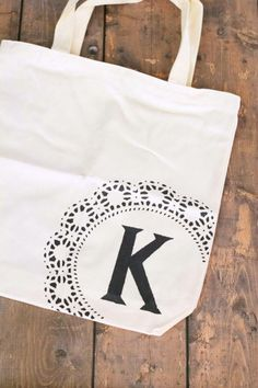 Easy tutor for this adorable DIY monogram tote bag! Add personalization and style to boring canvas bags in just a few minutes.