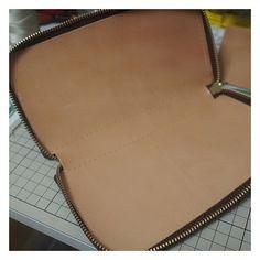 . ファスナー貼っただけじゃ寂しすぎる姿(笑) . #ハンドメイド#レザークラフト#手縫い#革#レザー#コードバン#栃木レザー#財布#ウォレット#leathercraft#leatherwork #handmade#leather#wallet#cordovan