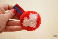 médaille pompon en laine DIY - pom pom heart for Valentine's day