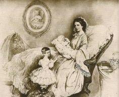 Sissi com suas duas filhas Sofia e Gisela.