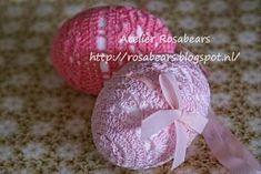 Benodigdheden: Haaknaald nr. 1 1/2 Haakkatoen in verschillende kleuren. Piepschuim eieren ( 8 centimeter ). Zijn onder an...