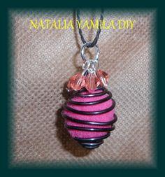 Colgante / collar artesanale de alambre , cadena y fieltro . Handmade wire , chain and felt pendant necklace . felted .