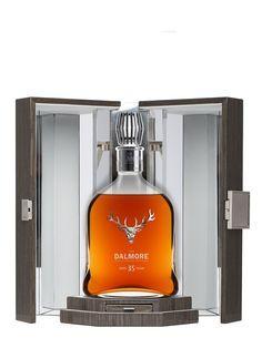 DALMORE 35 ans Ce Dalmore a vieilli dans trois types de fûts utilisés ayant contenu du Bourbon, du Xérès et du Porto durant…35 ans. Cigars And Whiskey, Scotch Whiskey, Bourbon Whiskey, Whiskey Bottle, Vodka Bottle, Wine Drinks, Alcoholic Drinks, Beverages, Carafe