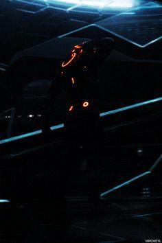Tron Legacy - Rinzler in the Arena Gif Tron Legacy, Tron Art, Tron Uprising, Neon Wallpaper, Neon Aesthetic, Cyberpunk Art, Cinematography, Science Fiction, Concept Art