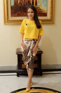 Kamu cantik banget pake Yellow top with batik lilit skirt Kebaya Dress, Batik Kebaya, Blouse Dress, Dress Skirt, Blouse Batik, Batik Dress, Batik Fashion, Ethnic Fashion, Yellow Top