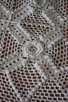 Image of Carré écru au crochet ancien.