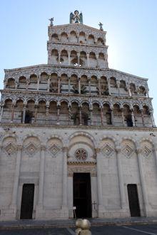 Fachada de la Iglesia de San Miguel en Foro, Lucca, Italia