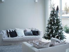 Koko kuukausi oli perinteisen joulukalenterin myötä täynnä joulujuttuja, mutta kerran vielä halusin täällä bloginkin puolella fiiliste... Tis The Season, Merry Christmas, Interior Decorating, Couch, Living Room, Decoration, Blog, Furniture, Home Decor