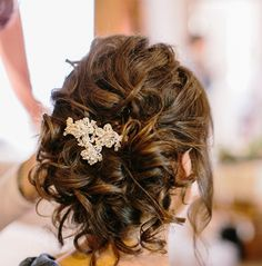 Messy Low Bun on Naturally curly hair Messy Bun Curly Hair, Short Curly Hair Updo, Curly Bridal Hair, Low Bun Wedding Hair, Curly Bun Hairstyles, Wedding Hair And Makeup, Vintage Hairstyles, Wedding Hairstyles, Curly Hair Styles
