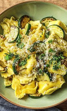 Step by Step Rezept: Hello Agnolotti! Basilikum-Pasta-Taschen mit Walnusspesto und gebratenen Zucchinischeiben. Rezept / Kochen / Essen / Ernährung / Lecker / Kochbox / Zutaten / Gesund / Schnell / Frühling / Einfach / Pasta / 20 Minuten / Pasta / Parmesan / Italienisch / Bella Italia / Veggie / Vegetarisch #hellofreshde #kochen #essen #zubereiten #zutaten #diy #rezept #kochbox #ernährung #lecker #gesund #leicht #schnell #frühling #einfach #Pasta #Agnolotti #Zucchini #Veggie #vegetarisch