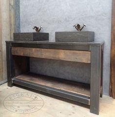 Badkamermeubel met twee hardstenen wasbakken. Eikenhout badkamermeubel met stalen frame.
