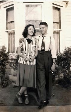 vintage everyday: Fashion in the – 42 Old Snapshots Show What Couples Wore 1940s Mens Fashion, Vintage Fashion, 1940s Mens Clothing, Ladies Fashion, Women's Fashion, Photographie Vintage Couple, Mode Vintage, Vintage Love, 40s Mode