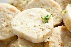 Nikde na světě nenajdete tolik receptů na knedlíky jako v Čechách. Aby se povedly, měly by mít suroviny, které na ně používáte, pokojovou teplotu. A všechny je hned po vyndání z vodní nebo parní lázně propíchejte vidličkou, aby z nich vyšla pára a nesrazily se. Pro dokonalý vzhled je ještě horké potřete několika kapkami oleje. Czech Recipes, Ethnic Recipes, Dumplings, Potato Salad, Mashed Potatoes, Side Dishes, Gnocchi, Food And Drink, Yummy Food