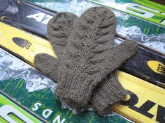 Spicy Jellybean Knits: Green Leaf Mittens to knit on 2 circular needles - free pattern Knitting Stitches, Knitting Patterns Free, Knitting Yarn, Free Knitting, Free Pattern, Crochet Patterns, Embroidery Patterns, Knitted Mittens Pattern, Knit Mittens