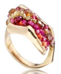 por el artista Sofía Mann. El anillo está hecho a mano Capturado de oro de 18 quilates, perlas de color amarillo de diamantes, zafiros, rubíes,