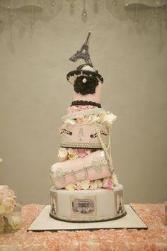Bolo dos noivos inspirado em Paris. #casamento #bolodosnoivos #Paris #TorreEiffel #malas #joias #chapeu