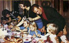 Una simpática instantánea de la Familia Real en las Navidades de 1972. Junto a los todavía Príncipes, sus tres hijos y Ana María de Grecia, cuñada de doña Sofía.