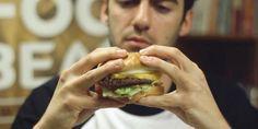 Pesquisadores investigaram as formas de segurar um hambúrguer e descobriram qual a maneira ideal para o comer.