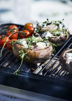 Der skal tilbehør til grillkødet, og de fyldte portobellosvampe er perfekte til den grillede hovedret eller som forret.