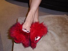 Bare Legs and Sexy Fluffy Mules Fur Heels, New Fashion, Fashion Ideas, Gorgeous Feet, Amai, Fur Slides, Fur Collars, Slide Sandals, Sexy