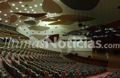 """El estilo arquitectónico del Aula Magna está inspirado en el clásico teatro Greco- Romano, con techo en forma de abanico. Incluye elementos innovadores para la época como el Balcón suspendido, un foso para orquesta, proscenio amplio y abierto. También se encuentran  las """"Nubes de Calder"""", que son 31 paneles de madera contrachapada que reflejan el sonido y actúan de soporte acústico. Se encuentran suspendidos en el cielo raso y en las paredes laterales. Fotos: Archivo Fotográfico/GÚN"""