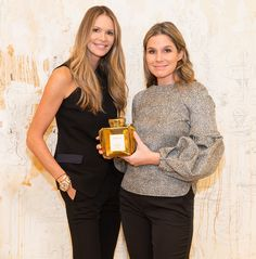 Supermodel Elle Macpherson and beauty and lifestyle designer Aerin Lauder, collaborates. Aerin Lauder, Elle Macpherson, Costume Institute, Holiday Looks, Popular Videos, Just Don, Big And Beautiful, Role Models, Business Women