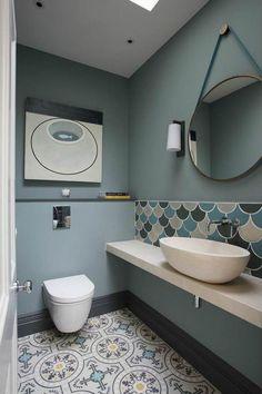 Salle de bains qui reprend les codes de la décoration scandinave avec une belle vasque à poser
