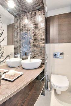 Kleines Bad Einrichten Ideen Graue Fliesen Blaue Mosaik Wanne ... Badezimmer Grau Mit Mosaik Blau