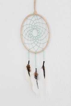 Easy DIY dreamcatcher tutorial - fun to make, easy to customize, and a great gift idea Diy Dream Catcher For Kids, Giant Dream Catcher, Dream Catcher Craft, Dream Catcher Boho, Dream Catchers, Dreamcatcher Design, Dreamcatcher Tutorial, Dreamcatchers For Kids, Craft Gifts